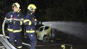 Noční nehoda v Dejvicích: Auto skončilo mimo silnici a začalo hořet