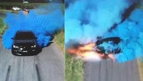 Pohlaví miminka měla prozradit kaskadérská show: Auto při představení zachvátily plameny