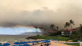 Havajské pláže zahalil dým. Požár pustoší ostrov Maui, guvernér zmínil katastrofu