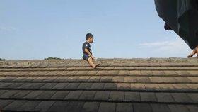 Nebohý chlapeček (5) měl jít na obřízku: Bál se tak, že se ukryl na střeše ordinace