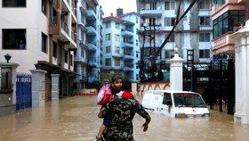 Záplavy a sesuvy půdy mají už nejméně 40 obětí. Z domovů v Nepálu musely tisíce lidí