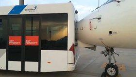 Autobus s turisty nacouval přímo do letadla. Čumák prorazil zadní sklo