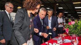 Humři a šampus ze státní kasy: Ministr po skandálu končí, opulentní večeře hájí