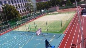 Školní hřiště v Holešovicích je komplet v novém. Zasportovat si tu může zase kdokoliv