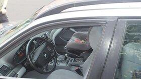Matka ve Varech zabouchla dítě v autě: Zachránili ho až hasiči