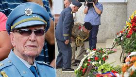 """""""Odešel kamarád a vlastenec."""" Na pohřbu pilota Dubce (†96) tekly slzy i generálovi"""