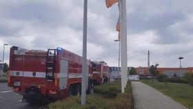 Požár obchodního centra v Praze: Hasiči do práce povolali speciální zařízení