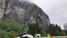 Zklamání pro blízké horolezců, kteří zahynuli na Trollveggenu: Těla zůstanou ve skalách přinejmenším do pátku, upozornila policie