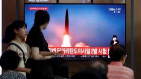 """Kim Čong-un varuje """"jihokorejské štváče"""" střelou. Odpálil balistické rakety"""