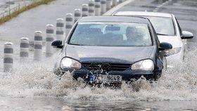 Silné bouřky udeřily v Praze i dalších krajích. Na východě bude hůř, sledujte radar