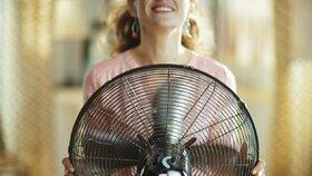 Jak se doma ochladit i bez klimatizace? Tohle funguje!