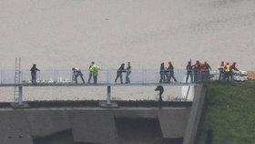 Masivní evakuace v Anglii, hrozí protržení hráze. Lidé našli útočiště v hospodách