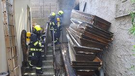Sklad s rakvemi ve Vršovicích zahltily plameny a dým. Příčinu hasiči zjišťují