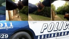 Strážník šel pomoci zhroucené ženě. Překvapil ho pes, omylem ji zastřelil