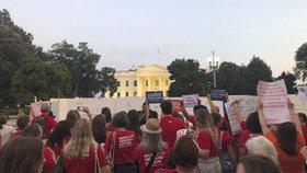 Studenti a matky v USA vyšli do ulic: Po masakrech volají po omezení držení zbraní