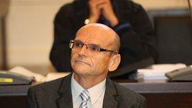 """Soudce Elischer znovu skončil ve vazbě, chtěl ovlivnit svědkyni: """"Jsem obtížný hmyz,"""" řekl u soudu"""