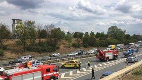 Nehoda na D1 blokovala dopravu! Řidič kamionu při výjezdu z Prahy zkolaboval, narazil do svodidel