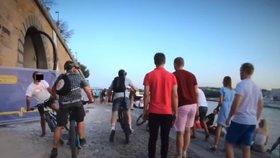 Děsivé video zachytilo řádění gangu cyklistů na náplavce! V rychlosti kličkovali mezi chodci, jednoho srazili