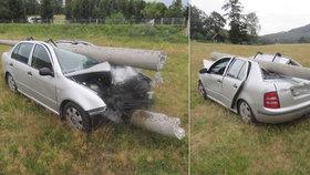 Betonový sloup fabii téměř rozpůlil: Při šoférovi stáli všichni svatí!