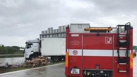Kamion na Pražském okruhu prorazil svodidla! Nehoda ochromila provoz