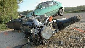 Motorkář (†58) se srazil na Zlínsku s vozem, bouračku nepřežil