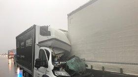 Na D1 zemřel řidič dodávky: Narazil do kamionu v koloně