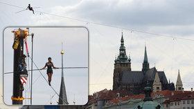 Krásná provazochodkyně se prošla nad Vltavou! Cestu 350 metrů dlouhou ušla za 45 minut