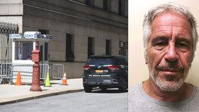 Sebevražda pedofila Epsteina (†66) ve vězení: Ředitel byl přeložen, dozorci dostali pracovní volno