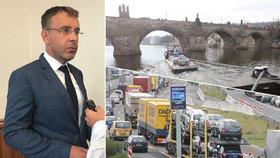 Kremlík rozkládá resort, tepe opozice šéfa dopravy. Ministr vzýval Nečase