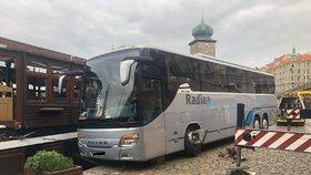 Bizarní nehoda: U Mánesa málem sjel autobus do Vltavy, vyprostil ho obří jeřáb