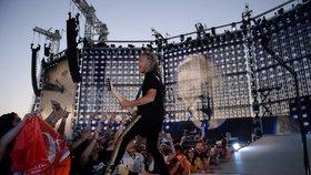České děti v nouzi dostaly od skupiny Metallica tučný šek: Za 1,8 milionu se zaplatí 72 tisíc obědů
