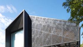 Tradiční dům rozšířila moderní přístavba zahalená do kovové krajky