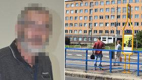 Otočil se a dostal pěstí! Seniora (67) zbil bezdůvodně šílený agresor v tramvaji