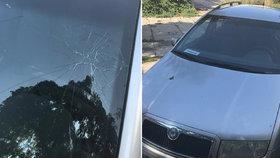Řidič zabránil srážce, agresivní cyklista mu pěstí rozmlátil sklo. Policisty pak čekalo překvapení
