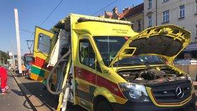 Nehoda sanitky v Praze: Záchranář to napálil na Plzeňské do sloupu, vezl matku s dítětem