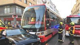 Mustang versus tramvaj? Nehoda v Revoluční blokovala provoz