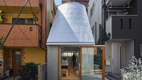 Architekt pro sebe a ženu navrhl dům z betonu. Měří jen 19 m2!