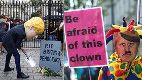"""""""Hrobník demokracie."""" Proti Johnsonovi vyrazily demonstrovat tisíce lidí"""