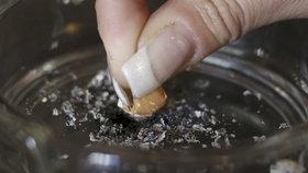 """Třetina českých """"závisláků"""" chce seknout s nikotinem. Předsevzetí dodrží jen zlomek"""