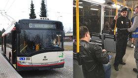 Mladík v MHD napadl revizorku i cestující: Na řidiče vytáhl orientální zbraň!