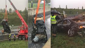 BMW vyletělo z dálnice do vodní nádrže: Spolujezdkyně zemřela