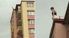 Žena v Pardubicích hrozila, že skočí ze střechy paneláku. Vyjednavačka se jí to snažila rozmluvit