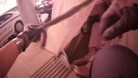Jak přečkat v Brně lijavec? Muž (55) si rozbalil stan na nádražním ostrůvku