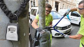 Rozmohl se nám tu takový nešvar. Na sloupech po Praze se věší klíče od sdílených bytů!