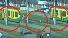 Otřesné video ze Zlína: Vyndala z vagonu dítě, když se vrátila pro kočárek, vlak se rozjel