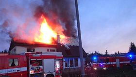 Požár domu na Příbramsku vyhnal rodinu na ulici: Uvnitř zemřeli jejich dva pejsci