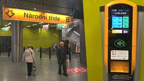 Problémy s bezkontaktními terminály na jízdenky v metru: Proč to někde »tak vázne«?