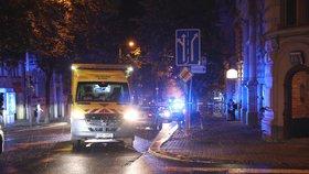 Auto na Vinohradech zabilo chodce: Sraženého muže oživovali kolemjdoucí, policisté i záchranáři