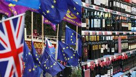 """Britové se děsí """"suchých"""" Vánoc. Obchody se kvůli brexitu zásobují alkoholem"""