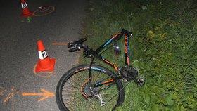 Vedl po silnici kolo a nebyl vidět: Řidič osobáku ho spatřil, až když ho přejel